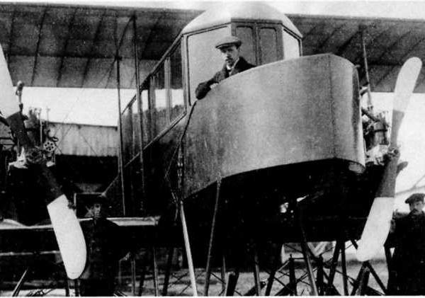1а.Сикорский на балконе самолета Гранд. Слева стоит механик Панасюк.