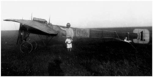 1.Гризодубов с дочерью у своего самолета Гризодубов № 4. 1912 г.
