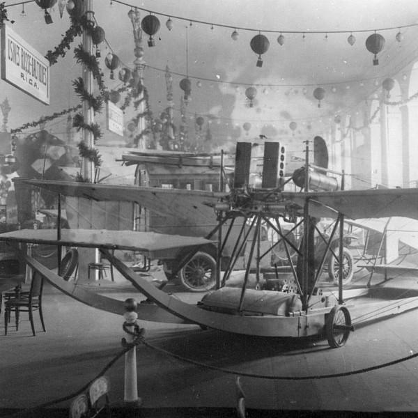 1.Самолет-амфибия Гаккель V на выставке.
