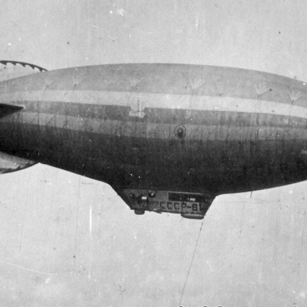1а.Дирижабль СССР-В1 на посадке (сброшен гайдроп). Осень 1933 г. 2