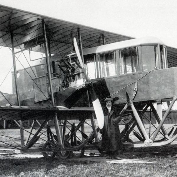 1б.И.И.Сикорский у первого, двухмоторного варианта самолета Гранд. Комендантский аэродром. Март 1913 г.