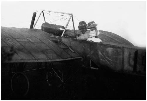 2.Гризодубов перед полетом с дочкой Валентиной. 1912 г.