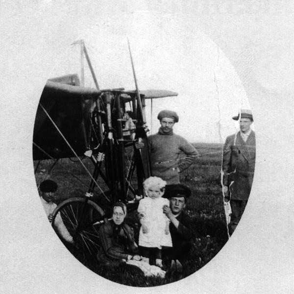 2.Семья Гризодубовых на лётном поле.