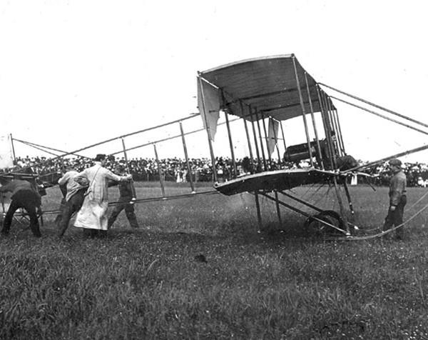 3.Соммер Агапова на летном поле Гатчинской авиашколы. 1910 г.