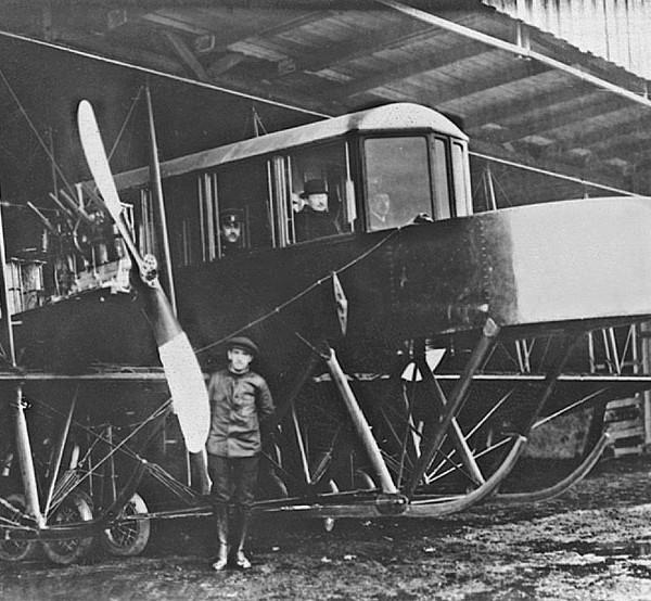 4.Самолет Гранд в ангаре.
