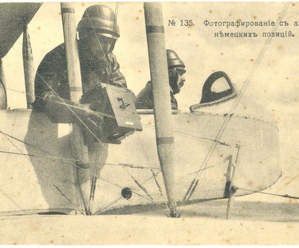 5.Летчик-наблюдатель держит в руках аэрофотоаппарат Ульянина.