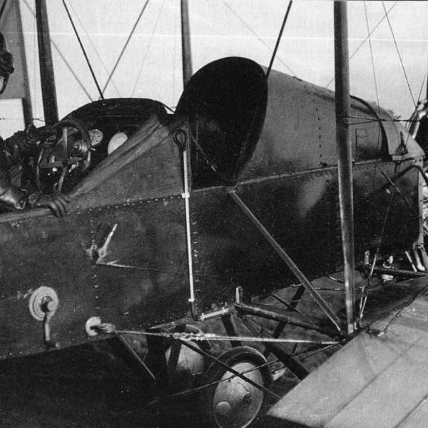 6.Летчик в кабине самолета С-10 с двигателем Gnom Monosoupape.