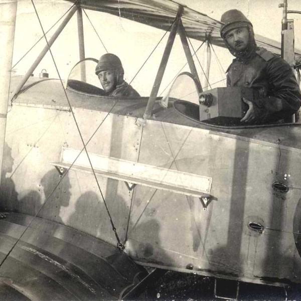 7.Летчик-наблюдатель держит в руках аэрофотоаппарат Потте.