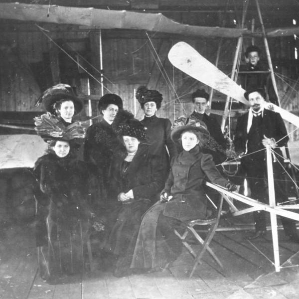 7.У самолета Гаккель III в ангаре.
