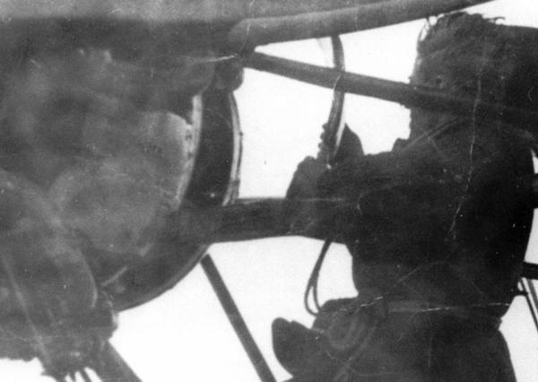 7.Старший бортмеханик К.П.Новиков ремонтирует двигатель дирижабля СССР-В2 в полете.