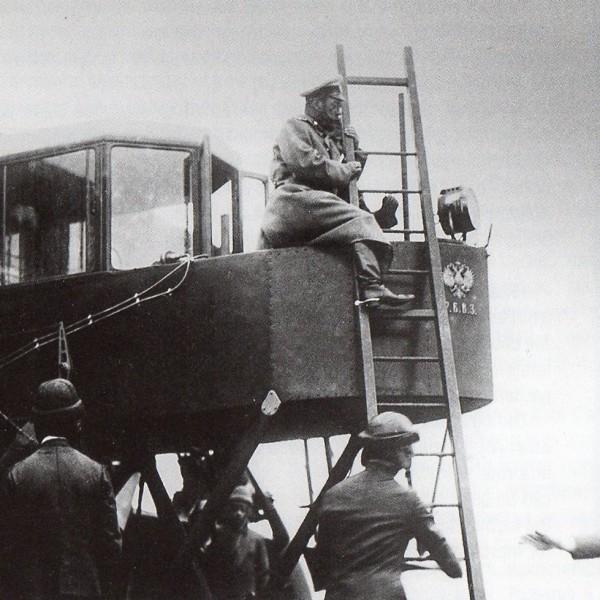 8.Император Николай II осматривает самолет И.Сикорского Русский Витязь. 1913 г.