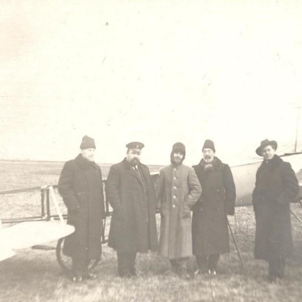 Гризодубов (в центре) с друзьями у самолета Гризодубов № 4.