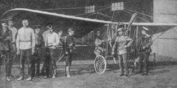 Самолет ИТУ и его строители - студенты Технического училища.