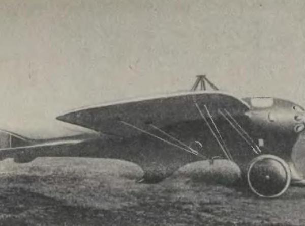 1.Самолёт Дельфин с двигателем Калеп-60 на летном поле. 1913 г.