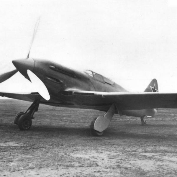 1.И-220 с двигателем АМ-38Ф.