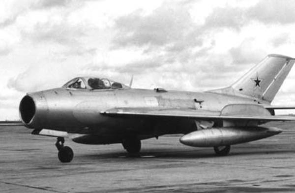1.Опытный МиГ-19 (СМ-9-1)