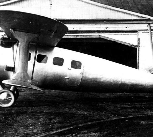 1.Пассажирский самолет ПМ-1 во дворе авиазавода ГАЗ № 1.