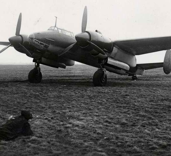 1.Самолет 103В на летном поле.