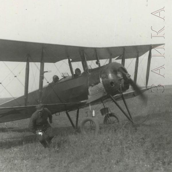 1.Учебный самолет У-1 на летном поле.