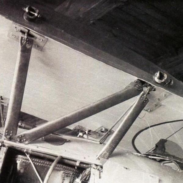 11.Фюзеляжные стойки и центроплан верхнего крыла.