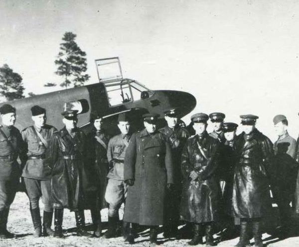 11.Командующий 7-й ВА и офицеры штаба у самолета Як-6. Апрель 1943 г.