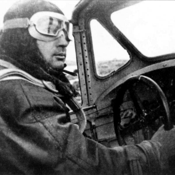 12.Пилот в кабине МБР-2.