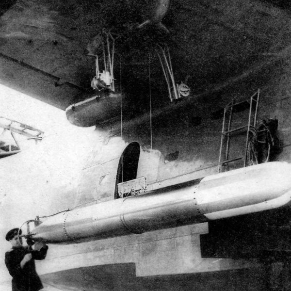 12.Подвеска торпеды 45-36-АВА. Парашютный контейнер уже под крылом.