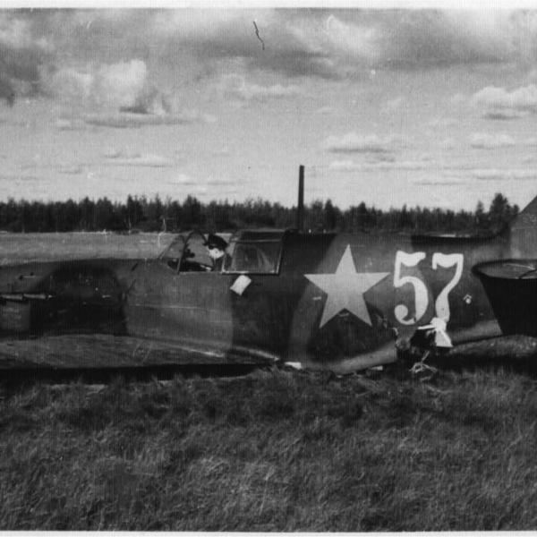 12.Поврежденный в бою ЛаГГ-3 (35 серии) сел на брюхо.
