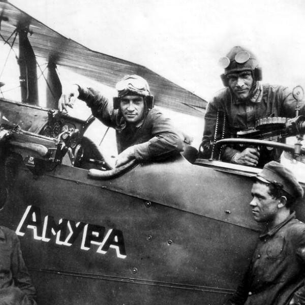 12в.Экипаж и мотористы около самолета-разведчика Р-1.