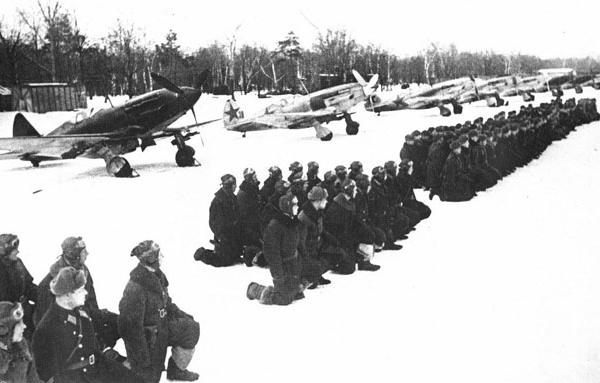 13.Истребительный полк вооруженный МиГ-3 дает гвардейскую присягу. Зима 1941 г.