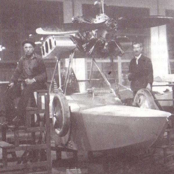 13.Монтаж двигателя и системы бензопитания на первом опытном самолете Ш-2.