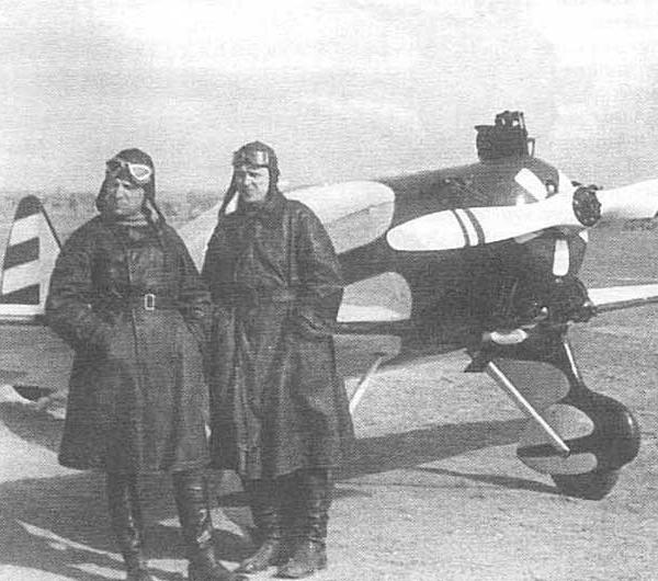 13.Ю.И.Пионтковский (слева) и В.П.Дымов возле УТ-1. Тушино, Москва. 1937 г..