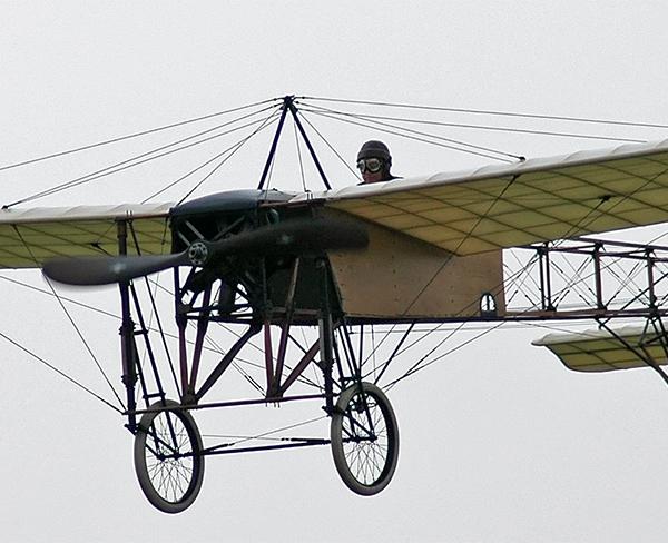 14.Реплика Bleriot XI в полете.
