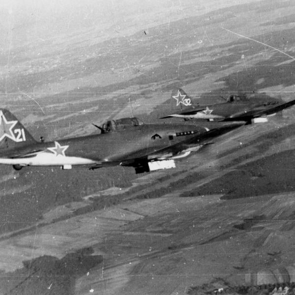 14а.Пара Ил-10 в полете.