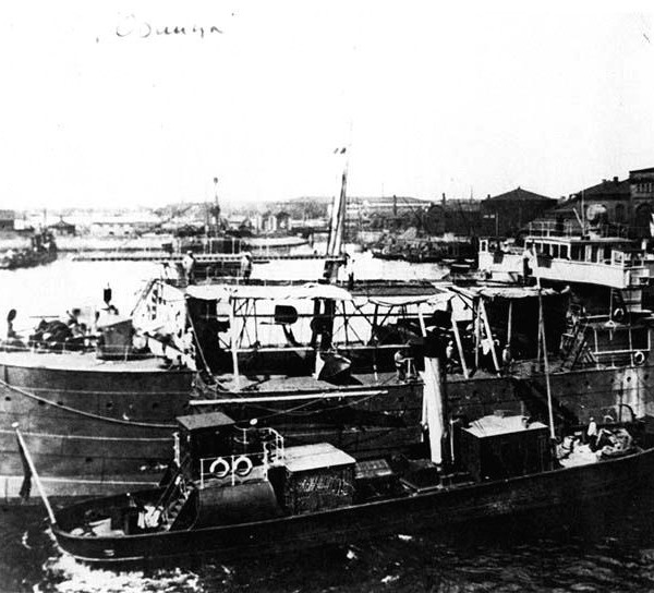 15.Авиатранспорт Орлица с летающими лодками М-9 на борту.