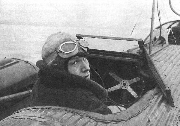 15.Летчик П.Г.Головин в кабине Н-166 перед перелетом Москва - остров Рудольфа.