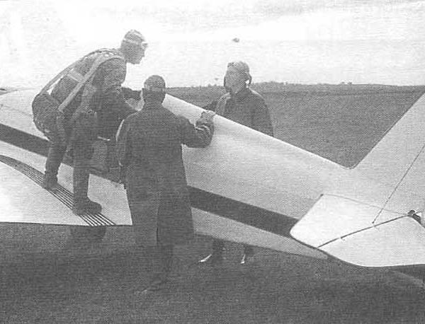 15.Пилот готовится к полёту на УТ-1.