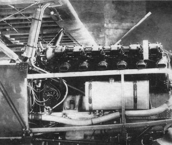 16.Поднятый капот на двигателе М-17.хорошо виден маслобак. Клапанная коробка и элементы гидросистемы.