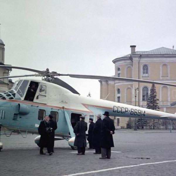 16.Вертолет Ми-4С на Ивановской площади Кремля