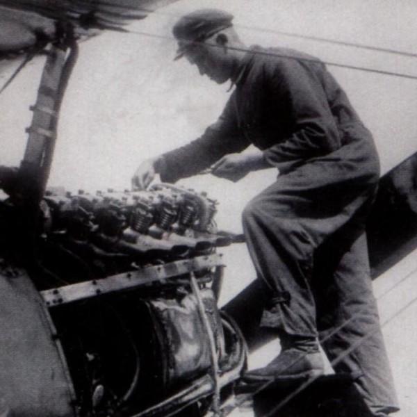 17.Моторист проверяет клапаны двигателя М-17 на И-3.