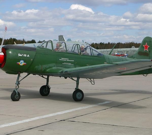17.Як-18А на рулежке.