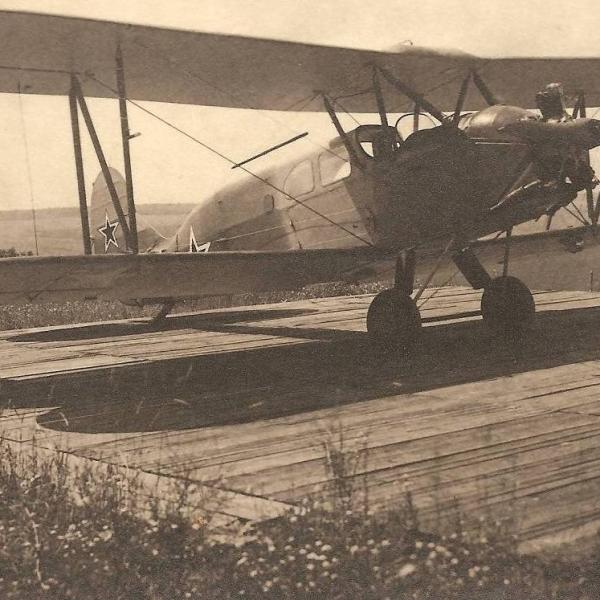 18.Санитарный У-2С на стоянке.