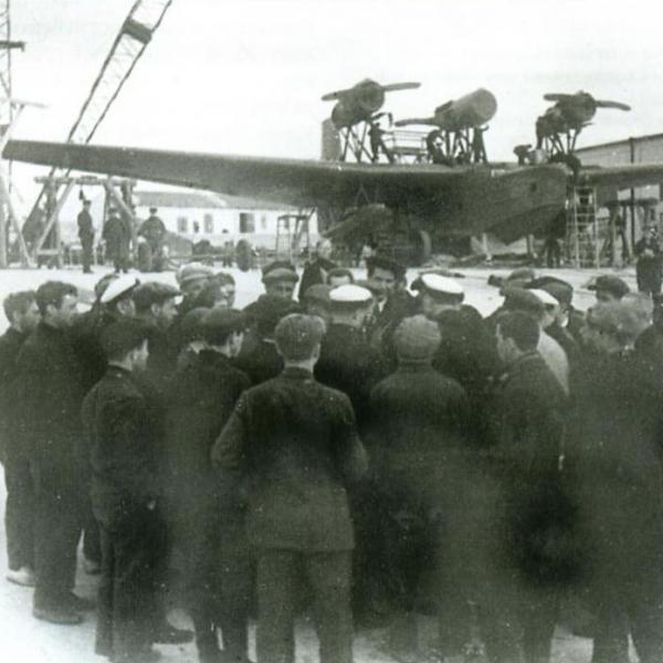 1а.Летающая лодка МДР-4 и команда проводящая испытания в Севастополе.