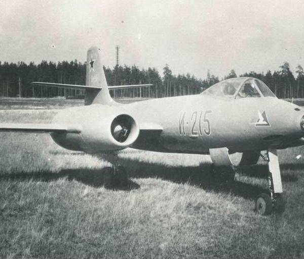 2.Истребитель И-215.