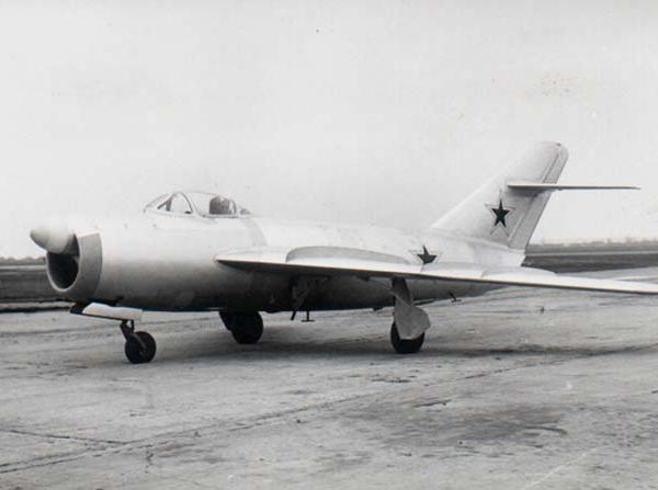 2.МиГ-17П (СП-2) на рулежке.