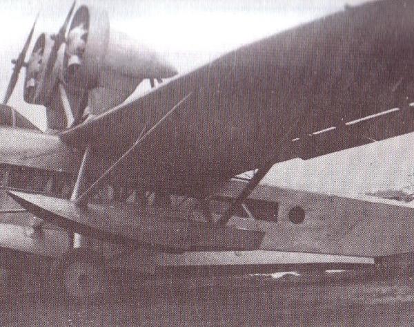 2.Самолет Ш-5 с приставными поплавками.