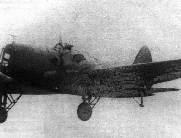 2.Учебный самолет Г-27 в полете.