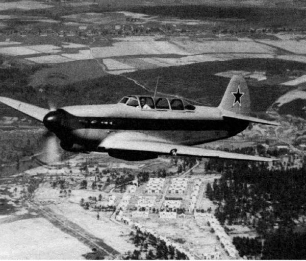 2.Як-9 Курьерский в полете.