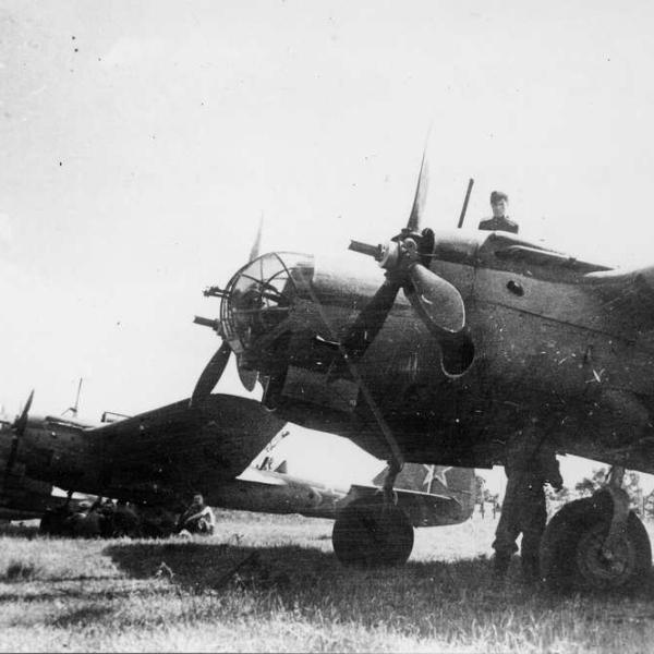 20.СБ 2М-104A на полевом аэродроме.