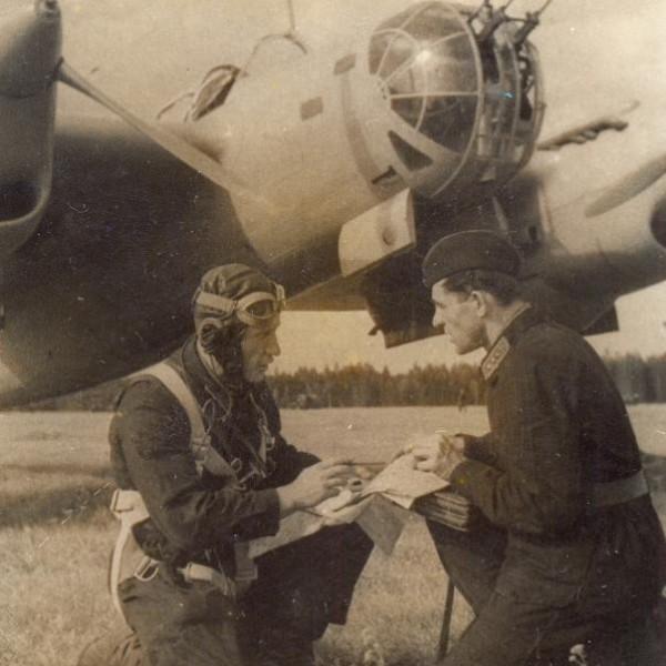 20б.Летчики у бомбардировщика СБ-2М-103. Монино, 1940 г.
